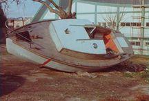 """Il restauro di """"Ventura"""" / Le passere, imbarcazioni molto diffuse nei mari di Trieste, dell'Istria e di Lumino, erano famose per il loro limitato pescaggio e per le eccezionali doti velocistiche. Adatta a piccole crociere costiere, lagunari e per la pesca. La sufficiente stabilità di forma dello scafo, l'alta percentuale della zavorra sul peso (oltre il 43%) e la semplice, ma ben studiata attrezzatura velica, fanno di questa imbarcazione uno scafo idoneo per navigare anche in mare aperto."""