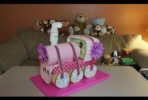 gâteau de couches et vêtements
