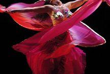 Foto dans / Fotografier av forskjellige dansere i spenstige positurer.