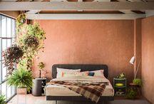 Letti - Clipper / Clipper è un letto con testiera e piattaforma in legno e piedi in metallo. La particolare stondatura degli angoli della piattaforma è ripresa con coerenza nella sagomatura del pannello testiera.