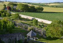 Un superbe environnement / Le Château de la Motte, ce petit joyau du 15ème siècle, est entouré d'un environnement privilégié de verdure, de fleurs, de chants d'oiseaux et du bruissement de sa fontaine médiévale
