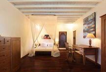 Villa Tabatha / Belle maison balinaise de caractère avec tous les avantages de la modernité. Située au calme au bord d'une rivière bordée de bambous, cette grande villa de plain-pied est à 5 mn des plages et du centre de Seminyak avec ses endroits branchés.