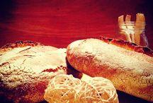 Pane lievito madre con farina integrale bio macinata a pietra / panificazione