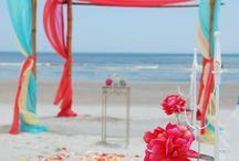 Strand Hochzeit / Traumstrände und Traumhochzeit? Für einige geht dieser Traum in Erfüllung. Damit es am schönsten Tag im Leben an nichts fehlt, findet Ihr hier Inspiration für die perfekte Beach Wedding.