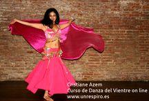 DANZA DEL VIENTRE / Es un ejercicio súper completo de medio impacto en el que se moviliza casi toda la musculatura. A nivel  físico, corrige la postura, minimiza los dolores menstruales, suaviza los movimientos, especialmente de las manos y los gestos faciales.  A nivel emocional, aumenta  la dulzura y la feminidad y  eleva la autoestima al  favorecer la propia aceptación del cuerpo, encontrando su  belleza a través de la expresión de la danz