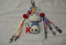 monique / sleutel hangers van stof en kralen gemaakt