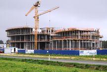 Centrum Wystawienniczo-Kongresowe w Jasionce k. Rzeszowa / W grudniu 2013 roku rozpoczęła się budowa Centrum Wystawienniczo-Kongresowego w podrzeszowskiej Jasionce. Budynek będzie się składał z dwóch części: konferencyjnej (sale konferencyjne i bankietowe, restauracja) oraz wystawienniczej (przestrzeń wystawowa), których łączna powierzchnia będzie wynosiła 27,5 tys. m2 a kubatura 203,7 tys. m3. Firma ULMA Construccion Polska S.A. jest kompleksowym dostawcą deskowań na tę budowę.