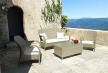 Firenze Royal / Sedacia súprava FIRENZE  z okrúhleho umelého ratanu sa skladá z pohovky, dvoch kresiel a stolíka.  Je vhodná do interiérov zimných záhrad, kaviarní, hotelov  ale aj do exteriérov –  na terasy, záhrady, k bazénom, do SPA a wellness centier. Výhodou tejto sedacej súpravy je možnosť zakúpiť si jednotlivé časti samostatne.    Konštrukcia je zo zváraného hliníka, výplet  z kvalitného okrúhleho polyuretanu, čalúnenie z polyesteru impregnovaného teflonom –  môže sa prať, bez aviváže.