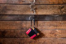 """Colección """"Entrando a Tierra Derecha""""  / Domado es una marca chilena de carteras exclusivas, hechas 100% a mano que  utiliza el crin de caballo como materia prima para la confección. Sus diseños componen una línea de carteras y accesorios que realzan las propiedades del crin aludiendo a la hípica nacional, caracterizados por ser productos único, de calidad y que te acompañan en cada minuto de tu día."""