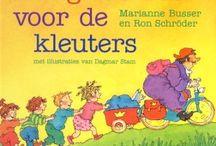 Het grote boek voor de kleuters / Een lekker dik boek vol vrolijke voorleesverhalen. De verschillende, steeds terugkerende figuurtjes maken van alles mee. Ze zijn stout, blij, boos of verdrietig. Ze krijgen nieuwe schoenen, moeten opruimen, lopen 'voor straf' weg of spelen indiaantje. Ze zijn jarig, gaan kamperen, beginnen een kikkercircus, verrassen een buurvrouw en beleven nog veel meer.