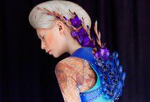 Madame Peripetie / Madame Peripetie explora as fronteiras entre moda, escultura e o corpo humano, experimentando com vários tecidos e padrões diferentes.