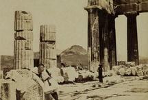 Η ΑΘΗΝΑ ΜΙΑΣ ΑΛΛΗΣ ΕΠΟΧΗΣ / Το 1834, τη χρονιά που οι Βαυαροί κι ο μέλλων βασιλιάς Όθωνας αποφάσισαν να γίνει η Αθήνα «η βασιλική καθέδρα και πρωτεύουσα», τέθηκαν οι βάσεις για την κατοπινή ανάπτυξη της πόλης. Βέβαια κανείς δε φανταζόταν ότι το μικρό ερειπωμένο χωριό που αριθμούσε 4.000 κατοίκους και όχι περισσότερο από 350 σπίτια θα εξελισσόταν στη σημερινή μεγαλούπολη.