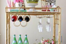 Mini Bar pequenos espaços / Quer organizar um mini bar mas não tem muito espaço? Faça de um cantinho da sua casa esse barzinho charmoso
