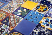 Płytki meksykańskie talavera - patchwork / Ręcznie malowane płytki typu Talavera są wyrabiane  przy pomocy tradycyjnej techniki (historia ceramiki typu Talavera) w miejscowości Dolores Hidalgo w regionie Guanajuato w Meksyku. Płytki typu Talavera, często również nazywane Majolica, bądź po prostu z hiszpańskiego Azulejos, cieszą się ogromną popularnością nie tylko w Meksyku, ale także na całym świecie, ze względu na swój niepowtarzalny charakter, wzornictwo i ciepłe barwy południa.