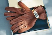 """Going to Havana in style / Even if not, although you should, this smooth and fine leather gloves in reddish chestnut brown can be a powerful statement piece on any occasion or trip. Used in the army by beautiful and hard-disciplined caporal women they can equally be worn by all spiffy ladies of today.  Housed in a yellow cigar box that """"smells"""" of Havana of old, the gloves come assorted with a yellow metal bracelet with beautiful glass like middle."""