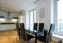 Minimal lakberendezés vászonképekkel / Modern letisztult stílusú otthonok különleges dekorációkkal. A minimal lakberendezési stílus fő színei a fehér-, szürke, fekete és ezek árnyalatai. Visszafogott, szép bútorok, ülőgarnitúrák és egy-egy dekorációs elem biztosítják a kiegyensúlyozott hatást. A falak dekorálásánál is remek választás lehet egy fekete-fehér modern vászonkép.