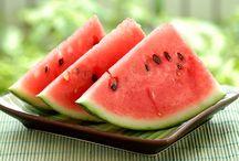 Καρπούζι: θερμίδες, ιδιότητες και θρεπτικά συστατικά / Καρπούζι θερμίδες, ιδιότητες και θρεπτικά συστατικά. Το καρπούζι έχει μεγάλη θρεπτική και διατροφική αξία, βιταμίνες και οφέλη στην υγεία.