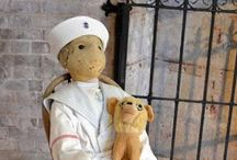 Η ιστορία πίσω από την πιο τρομακτική, στοιχειωμένη κούκλα του κόσμου