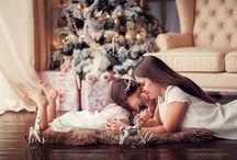 мама с дочкой у елки