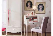 Ma chambre cosy parfaite / Poétique Shabby Chic / La chambre Shabby Chic est tellement poétique. Et pour créer une ambiance romantique, rien de tel qu'une accumulation de cadres et de coussins, des imprimés floraux et des tonalités pastel. Et pour rappeler la Provence, des carreaux de ciment et un bouquet de fleurs : c'est le coup de foudre !