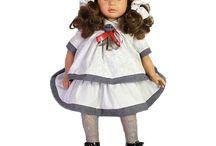 Muñecas D'Nenes / D'nenes Diseño S.L. fabrica todas sus muñecas en España con los mismos procesos artesanos utilizados en los últimos 30 años. Los vestidos de sus muñecas han sido confeccionados totalmente por Carmen González, reconocida diseñadora en cuanto a confección de vestidos de muñecas se refiere, la cual presta su nombre a todas las colecciones de las que disponen.