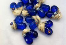 Pärlmakeriet sjöräddningshjärtan / Handgjorda glaspärlor från Stockholms Pärlmakeri till förmån för sjöräddningen i Refsnes