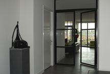 Ede: stalen binnendeuren met bovenlicht raam / Voor een relatie in Ede hebben we stalen binnendeuren gemaakt met een drievlaks verdeling. De deuren zijn voorzien van de standaard RVS scharnieren . De dubbele deuren hebben een mooi bovenlicht raam wat het effect van de ruimte enorm versterkt. De ingetogen matte coating (RAL9005) combineert prachtig met de Formani  PBL-20 RVS deurgrepen (Piet Boon Design).