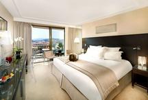 Chambres & Suites - Cannes - Hôtel Gray d'Albion / A deux pas de la mer, les 199 chambres de l'Hôtel Gray d'Albion vous accueillent dans un univers d'inspiration contemporaine.