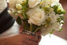 Dicas para Buquê de Noiva / O buquê de noiva, hoje em dia é feito com diferentes tipos de flores, conforme a época do ano e a região onde são produzidas, em diversos formas e tamanhos, aliado a uma combinação de tons e perfumes, faz dele um ornamento que requer muita analise para a escolha da melhor opção. A dica é, o buquê quem escolha é a noiva!