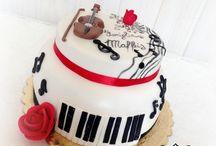 Musical cake / a torta decorata musicale è stata creata in pasta di zucchero, con il violino, le note musicali e la chiave di violino e la tastiera di un pianoforte a chiusura!! Per tutti gli appassionati di musica! by Torte Amore & Fantasia