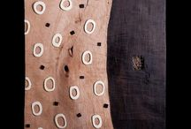 Emmanuel Bour - figuració lliure i abstracció simbòlica / L'obra de Bour és contraposada, ens porta d'un llenguatge a l'altre sense matissos, i tot i així els uneix la passió per un element ancestral, la fusta, que dóna als seus acabats una coherència estètica i conceptual.