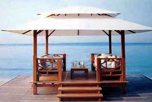 cenador / cenador de madera tropical con techo de tela repelente al sol y la lluvia.  Diseño, producción y fabricación exclusiva y ecológica por www.comprarenbali.com