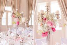 Style: Klassisch, Edel, Elegant / Hohe Kerzenleuchter und Blumengestecke auf den Tischen sorgen für eine edle und elegante Hochzeit, wie sie im Bilderbuch steht!