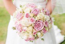 Trouwdecoratie / Bloemen en decoratie bepalen de sfeer en de uitstraling van uw bruiloft. De juiste kleuren en accenten zijn daarom erg belangrijk. Walter Van Gastel maakt voor u alle versiering op maat, naar uw wensen: bruidsboeketten, corsages, zaaldecoratie, de autoversiering, en alles wat mogelijk is met bloemen en decoratie.
