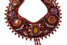 Bijoux Ethniques / Look Etnique aux motifs colorés et aux couleurs chaudes. Ce style se caractérise par ses inspirations: indiennes, sud-américaines et tant d'autre. Une façon de s'imposer par cette mode.