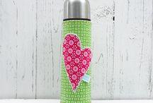Thermoskanne - Modelle zur Inspiration / Lust auf eine außergewöhnliche Thermoskanne die nicht jeder hat?  Egal ob 1l, 75l, 05l. Bestickt mit Namen oder vielleicht mit einem Herz...... Gestalte deine Thermoskanne nach deinen Wünschen. Hast du eine Frage? Schreib mich an unter: http://de.dawanda.com/shop/inidex Herzliche Grüße,  Eure Nadine