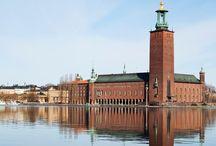 Ragnar Östberg / Ragnar Östberg, svensk arkitekt. Professor ved Konsthögskolan i Stockholm 1922–32. En av de sterkeste representanter for den arkitektur som hadde originalitet og frodig fantasiutfoldelse sammen med et høyt oppdrevet håndverk som sin målsetting. Hans hovedverk er Stockholms Stadshus (1911–23).