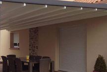 Toldos Gennius / Los Toldos Gennius Hunter Douglas tienen como principal característica sus estructuras sobrantes de Aluminio con toldo que se puede recoger Los Toldos Gennius Hunter Douglas son excelentes en terrazas, jardines y ambientes abiertos. Permiten prolongar los espacios interiores hacia el exterior y en días soleados crear espacios con temperatura agradable.