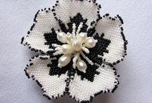 spilla con fiori con perline