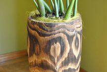 Donice drewniane / Donice drewniane wykonane z litego pnia jodłowego lub sosnowego nie posiadają łączeń. Różnorodność słoi drewna sprawia, że każda donica jest niepowtarzalna. Wewnątrz pnia został wydrążony otwór (na wylot), w którym znajduje się plastikowa doniczka (wkład) zapobiegająca korozji drewna.