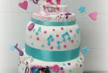 Violetta Cake 2 / Violetta... e 5!!! L'idolo di quest'anno sta dilagando... specialmente nel nostro laboratorio!! Fiori, note, stelle, cuori... fucsia, celeste, rosa...... Per questa mega torta per Chantal e Caterina crema chantilly, cioccolata e scaglie di cioccolato, bagna al latte e nesquik!!!