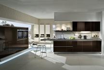 Braune Küchen / Braune Küchen sind alles andere als langweilig, denn die Farbpalette an Brauntönen ist groß. Eine braune Küche wirkt gemütlich, modern und wohnich zugleich.