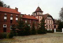 Wrzosy - Pałac / Pałac we Wrzosach wzniesiony został na początku XX wieku. Ostatnim właścicielem pałaceu był Rudolf Sobtemberg. W końcu XX wieku użytkowany jako budynek mieszkalny wielorodzinny.