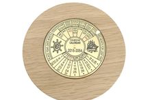 Timber-Treasures Great Wolford oak calendar / This clever instrument allows the user to quickly find the day of the week on which you will celebrate any coming event near or far over a period of 40 years into the future!  The calendar is easy to use with instructions engraved on to the face of the quality brass instrument, which itself is set into the hand turned oak frame. By simply turning the dial you will find dates, including days, months and years for the next 40 years. Dimensions: 10.5 cm diameter x 3 cms**handmade disclaimer