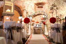 Salon du mariage en Alsace / A l'occasion de ce salon, Cérémonie Story a souhaité créer un vrai décor de cérémonie pour que les mariés puissent s'asseoir, se projeter, regarder et appréhender l'ambiance d'une cérémonie d'engagement. Avec un vrai décor floral conçu par notre partenaire Transparence, le résultat était bluffant et particulièrement apprécié par les visiteurs. En parallèle, nous présentions différents rituels célébrés lors de cérémonies laïques de mariage.