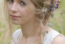 Chignons romantiques, sélection de CoiffDouceur. / La tendance des chignons romantiques et bohèmes, Suzie, de CoiffDouceur a fait une sélection pour des idées coiffures de cérémonie et mariage.