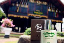 Parfum Coffee / Semangat heroik berbalutkan maskulinitas dan kemapanan seorang pria modern, dengan aroma seduhan kopi murni tanah Aceh, pada tingkat ketenangan tertinggi.