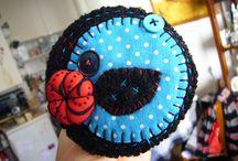 """Broches laines bouillies """"Cousu Cousin"""" 2014 / Création de broches en laine bouillie, coton appliqué et fleur en tissu, entièrement cousues main. Pièces uniques. Création Cousu Cousin (http://cousucousin.hautetfort.com)"""