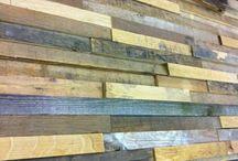 Sloophouten wandbekleding MUURR / MUURR - Een nieuw, bijzonder concept van RUW is MUURR. MUURR wordt gemaakt van oude balkjes, plankjes en andere stukjes hout die overblijven na de reguliere meubelproductie. Door de verschillende diktes en lengtes van de stukjes resthout krijgt MUURR een prachtig reliëf, wat zorgt voor de karakteristieke en warme uitstraling.  MUURR is anders dan anders...      MUURR is duurzaam...           MUURR is warm, natuurlijk en speels...                MUURR is sloophout behang van RUW.