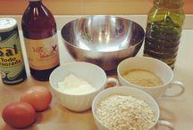 Galletitas de Avena / 230 gr. de copos de avena. 100 gr. de harina. 150 gr. de azúcar moreno. 1/2 cucharada de levadura. 1 pizca de sal. 2 huevos. 150 ml. de aceite de oliva. 1 cucharada de esencia de vainilla o avellana. Si no tienes, no la eches, ponle un chorrín de ron.